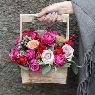 Пионовидные розы в ящичке